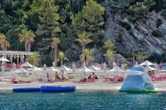 Capanne alla spiaggia dell'albergo di lusso Fotografie Stock