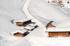 Capanne alpine in neve profonda in alpi europee Immagini Stock
