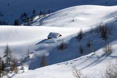 Capanne alpine sotto neve Immagini Stock