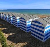 Capanne blu e bianche della spiaggia fotografia stock libera da diritti