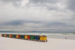 Capanne brillantemente colorate 4 della spiaggia fotografia stock
