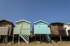 Capanne Colourful della spiaggia con il cielo drammatico Fotografie Stock