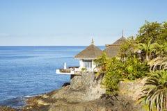 Capanne con i tetti ricoperti di paglia sull'orlo di una scogliera dal mare, costo Fotografie Stock Libere da Diritti
