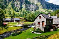 Capanne del paesino di montagna, Alpe Devero, Italia Immagine Stock