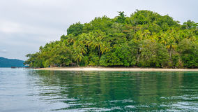 Capanne di bambù del locale e del pilastro sulla spiaggia, isola di Friwen, Papuan ad ovest, Raja Ampat, Indonesia Immagine Stock