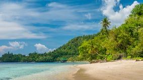 Capanne di bambù sulla spiaggia, Coral Reef di un alloggio presso famiglie Gam Island, Papuan ad ovest, Raja Ampat, Indonesia Immagini Stock Libere da Diritti