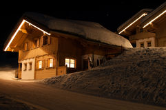 Capanne di corsa con gli sci alla notte in Montafon Immagine Stock