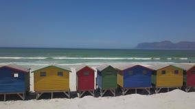 Capanne di legno Colourful della spiaggia alla spiaggia di Muizenberg video d archivio