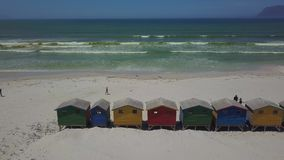 Capanne di legno Colourful della spiaggia alla spiaggia di Muizenberg stock footage