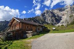 Capanne tipiche della montagna nelle alpi austriache Fotografie Stock
