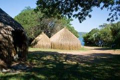 Capanne tradizionali alla riva del lago nel Mozambico Fotografia Stock