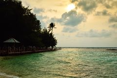 Capanne tradizionali di rilassamento sulla spiaggia nell'alba fresca di mattina immagine stock libera da diritti