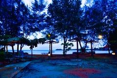 Capanne tradizionali di rilassamento sulla spiaggia sabbiosa gialla fotografia stock