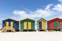 Capanne variopinte lungo la spiaggia in Muizenberg, Sudafrica Immagine Stock