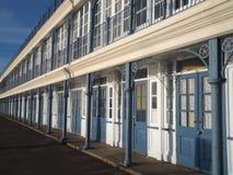 Capanne vittoriane della spiaggia sul lungonmare di Weymouth fotografie stock libere da diritti
