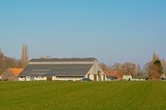 Capannone di un'azienda agricola moderna nella campagna fiamminga Fotografia Stock