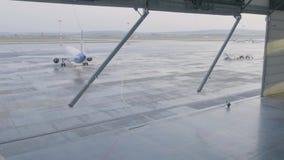 Capannone per gli aerei con il grande portone aperto al giorno di estate soleggiato Il capannone del grande aereo apre i portoni archivi video