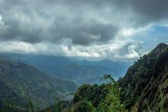 Capas de colinas con el cielo imagenes de archivo