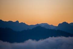 Capas de la silueta de montañas por la mañana Imagen de archivo libre de regalías