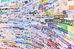 Capas de libros chinos apilados como pared fotografía de archivo