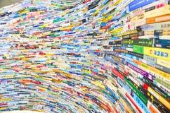 Capas de libros chinos apilados como pared imagenes de archivo