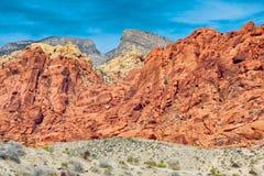 Capas de roca bajo el cielo azul Fotografía de archivo libre de regalías