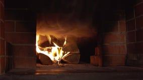 Capas del humo que remolinan que salen del horno de la estufa rusa cuando inflama almacen de metraje de vídeo