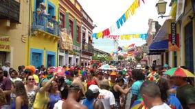 Capas delgadas y diversión en el carnaval de la calle de Olinda, el Brasil Un sitio del patrimonio mundial de la UNESCO como patr