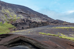 Capas negras volcánicas de la roca y acantilados acodados fotos de archivo libres de regalías