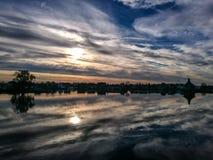 Capas o nubes reflejadas en agua Foto de archivo