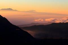 Capas y texturas de montañas y de nubes Foto de archivo