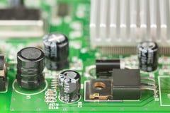 Capasitors, transistor, element och etc. på gräsplanPCBEN arkivbild