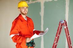 7da383ba6a0 Capataz sonriente en ropa de trabajo anaranjada y happil amarillo del casco  de protección fotos de