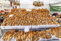 Capaz completamente de ramalhetes da cebola em um mercado em Helsínquia Fotografia de Stock Royalty Free