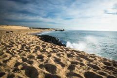 Capbreton, França - 4 de outubro de 2017: surfistas que travam ondas na costa atlântica no céu azul cênico Fotos de Stock Royalty Free