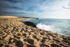 Capbreton, França - 4 de outubro de 2017: surfistas que travam ondas na costa atlântica no céu azul cênico Foto de Stock