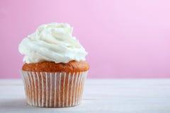 Capcake med kräm royaltyfria bilder