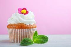 Capcake med kräm fotografering för bildbyråer
