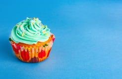 Capcake op een blauwe achtergrond, exemplaarruimte stock foto