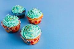 Capcake på en blå bakgrund, kopieringsutrymme royaltyfria foton