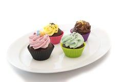 Capcakes su un piatto bianco Fotografia Stock Libera da Diritti