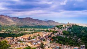Capdepera kasteel op groene heuvel in het eiland van Mallorca, Spanje stock video