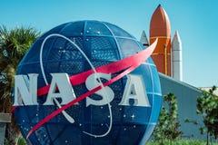 Cape Canaveral, Florida - 13. August 2018: Die NASA-Kugel mit Raumfährestarthilfsrakete im backgrond an der NASA Kennedy lizenzfreies stockfoto