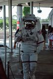 Cape Canaveral, Florida - 13. August 2018: Person in Astronautenraum cuit gehend durch und an der NASA Kennedy Space wellenartig  stockbilder