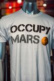 Cape Canaveral Florida - Augusti 13, 2018: Uppta fördärvar skjortan på NASA Kennedy Space Center arkivfoton