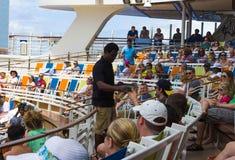 Cape Canaveral USA - Maj 03, 2018: Folket som sitter på showen på den Aqua Theater amfiteatern på kryssningeyelineroasen av Royaltyfri Bild