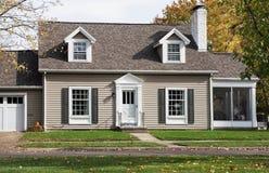 Cape Cod dom W z ganeczkiem Obraz Stock