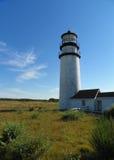 Cape Cod höglands- fyr med blå himmel för sommar, grönt träskgräs fotografering för bildbyråer
