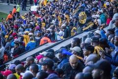 CAPE TOWN, ÁFRICA DO SUL, o 12 de maio de 2018 - sul diverso - suportes africanos do futebol que comemoram durante o fósforo de f Foto de Stock