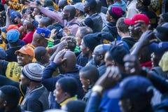 CAPE TOWN, ÁFRICA DO SUL, o 12 de maio de 2018 - sul diverso - suportes africanos do futebol que discordam com uma decisão durant Foto de Stock
